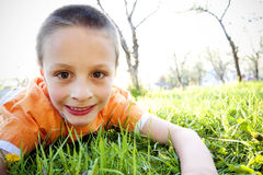 Little Boy jouant à l'extérieur Images stock