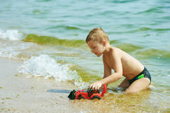 Little Boy jouant avec le véhicule de jouet Photo libre de droits