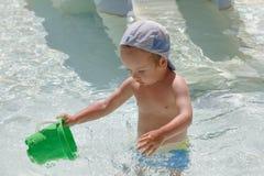 Little Boy jouant dans le regroupement Images libres de droits