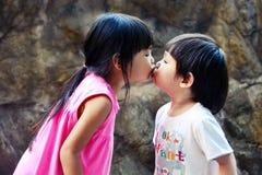 Little Boy-Kuss-kleines Mädchen Stockfotografie