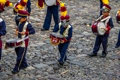 Little Boy laisse tomber accidentellement son bâton de tambour pendant le défilé de fanfare - Antigua, Guatemala Image stock
