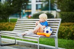 Little boy with lunchbox and healthy snack Stock Images