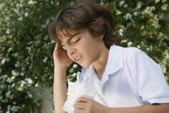 Little Boy med förkylning Arkivfoton