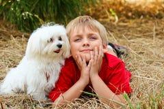 Little Boy met een Hond Stock Foto