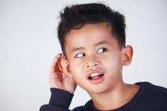 Little Boy met het Luisteren Gebaar royalty-vrije stock fotografie