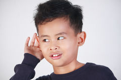 Little Boy met het Luisteren Gebaar stock foto's
