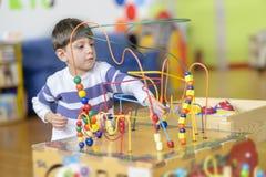 Little Boy mignon jouant au jardin d'enfants avec des boules jouent photographie stock