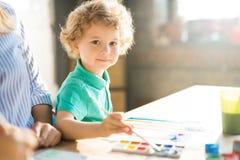 Little Boy mignon peignant au soleil photos libres de droits