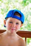 Little Boy mignon souriant tout en appréciant son été image libre de droits