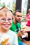 Little Boy mit dem Abstieg-Syndrom, das eine Eistüte hält Stockfotografie