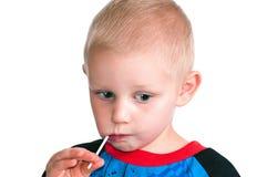 Little Boy mit Süßigkeits-Sauger Lizenzfreie Stockfotos