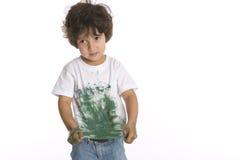 Little Boy mostra sua camisa completamente da pintura Foto de Stock Royalty Free