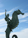 Little Boy na estátua do cavalo marinho em Puerto Vallarta, México Imagem de Stock