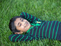 Little Boy na grama verde Imagem de Stock Royalty Free