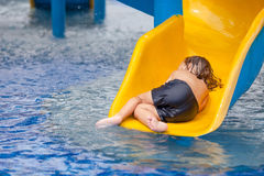 Little Boy na piscina Fotografia de Stock Royalty Free