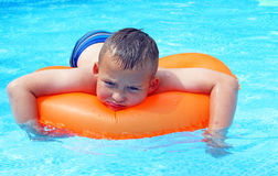 Little Boy na piscina Imagem de Stock Royalty Free