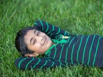 Little Boy na Zielonej trawie Obraz Royalty Free