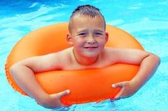 Little Boy nella piscina Immagini Stock