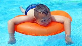 Little Boy nella piscina Fotografie Stock Libere da Diritti