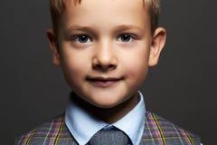 Little Boy niño elegante en traje y lazo Fotos de archivo libres de regalías