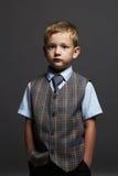 Little Boy niño elegante en traje y lazo Imagenes de archivo
