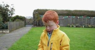 Little Boy på en jakt för påskägg stock video