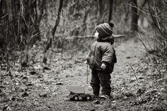 Little Boy perdeu em uma floresta Fotos de Stock Royalty Free