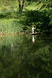 Little Boy połów od krawędzi Drewniany dok Fotografia Stock