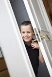 Little Boy por la puerta Imagenes de archivo