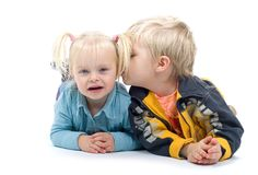 Little Boy que beija sua irmã Fotografia de Stock Royalty Free