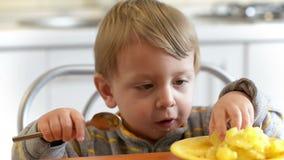 Little Boy que come las patatas almacen de video