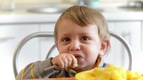 Little Boy que come las patatas almacen de metraje de vídeo