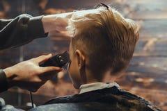 Little Boy que consigue corte de pelo del peluquero Imágenes de archivo libres de regalías