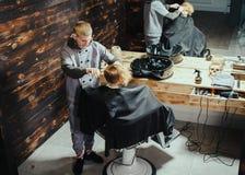Little Boy que consigue corte de pelo del peluquero Fotografía de archivo libre de regalías