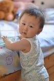 Little Boy que está ao lado de uma cama Fotografia de Stock
