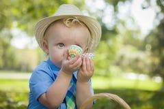 Little Boy que goza de sus huevos de Pascua afuera Imagen de archivo