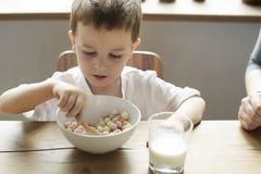 Little Boy que goza del cuenco de cereal foto de archivo
