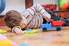 Little Boy que juega con el coche del juguete Fotografía de archivo