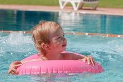 Little Boy que juega en la piscina Imagen de archivo libre de regalías