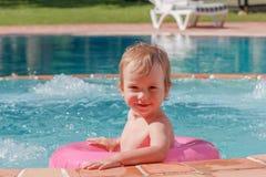 Little Boy que juega en la piscina Foto de archivo