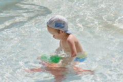 Little Boy que juega en la piscina Fotografía de archivo libre de regalías