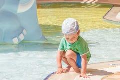 Little Boy que juega en la piscina Imágenes de archivo libres de regalías