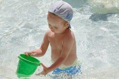 Little Boy que juega en la piscina Imagen de archivo