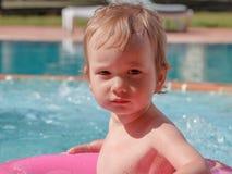 Little Boy que juega en la piscina Fotografía de archivo