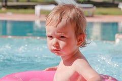 Little Boy que juega en la piscina Fotos de archivo libres de regalías
