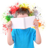 Little Boy que lê Art Book com pintura no branco Imagens de Stock