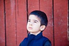 Little Boy que mira seriamente para arriba en el cielo fotografía de archivo