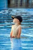 Little Boy que se sienta en la piscina Imagen de archivo