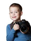Little Boy que sostiene la cámara y que toma la foto Fotografía de archivo libre de regalías
