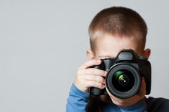 Little Boy que sostiene la cámara y que toma la foto Fotos de archivo libres de regalías